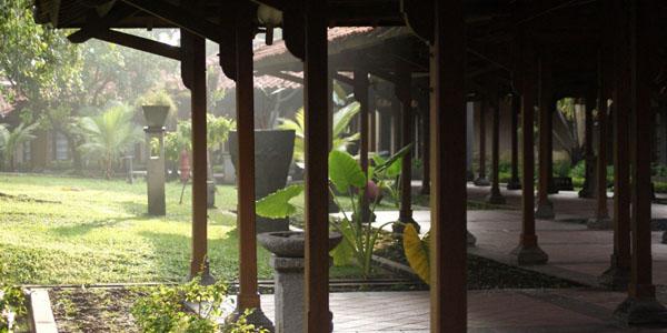 Lokasi hotel ini agak di pinggir kota Surabaya, tepatnya di jalan Gunungsari Surabaya. Tapi walaupun begitu hotel ini tetap banyak dikunjungi orang mengapa? karena lokasi hotel yang jauh dari keramaian […]