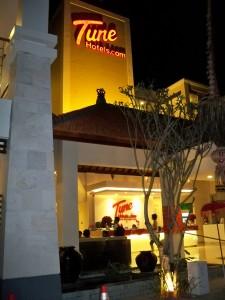 Tune Hotels Bali Tune Hotels Bali ini merupakan budget hotel jadi yang pasti harga untuk bermalamnya murah. saya pernah memesan sejak Agustus untuk pemakaian Desember mendapat kamar hotel dengan harga […]